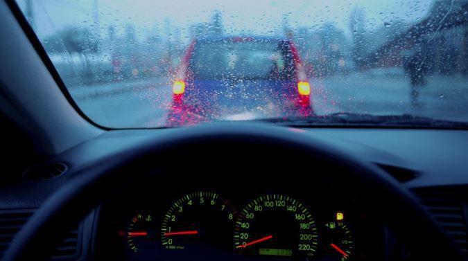 Đi xe trong trời mưa