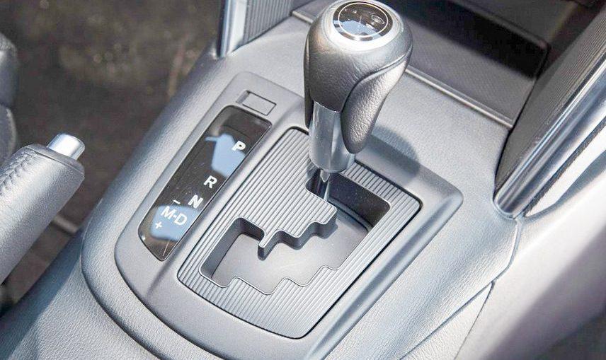 Chuyển đến số N hoặc P khi dừng đỗ xe