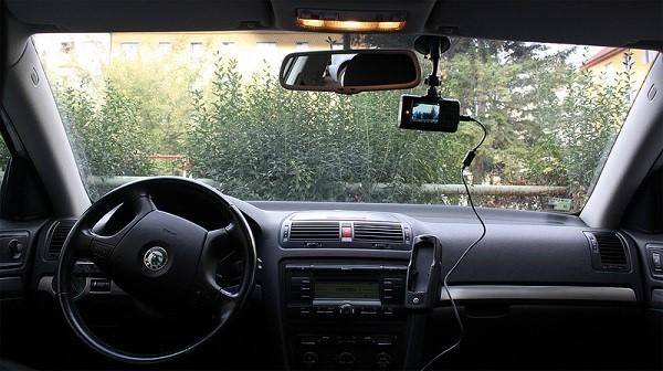 Bạn nên gắn camera trên xe để tiện theo dõi hành trình của mình - Kinh nghiệm lái xe ô tô