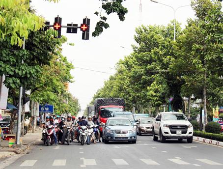 Dừng lại khi đèn đỏ là tuân thủ luật lệ an toàn giao thông - Kinh nghiệm lái xe ô tô