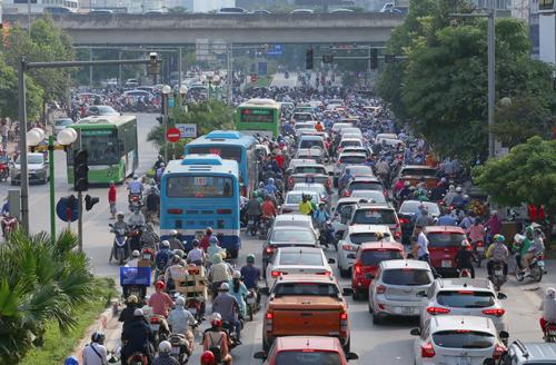 Lái xe ô tô trong thành phố vào giờ cao điểm là thử thách khó nhằn đối với các tài xế