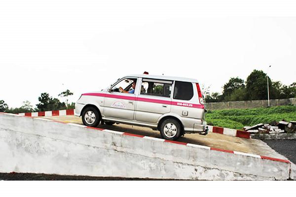 Phần thi lên dốc - Thi sát hạch lái xe B2