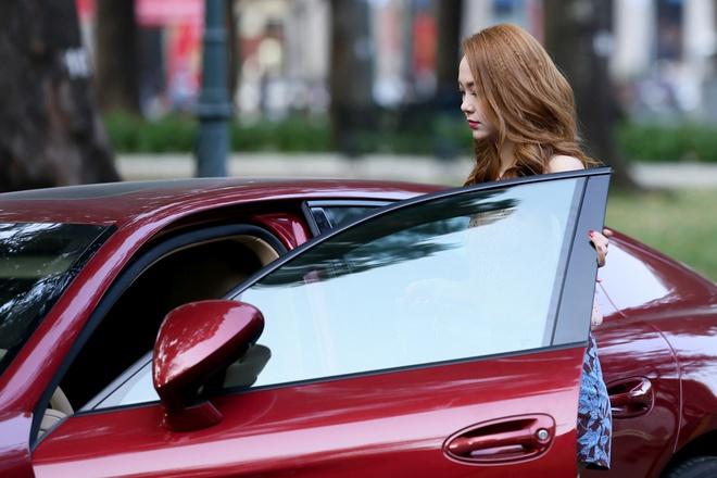Minh Hằng sành điệu bên chiếc xe hơi